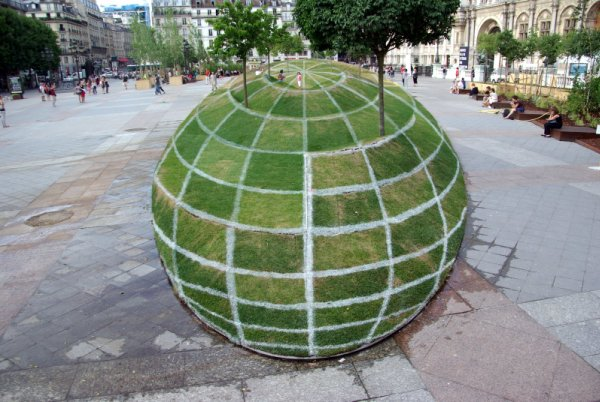 grass ball illusion