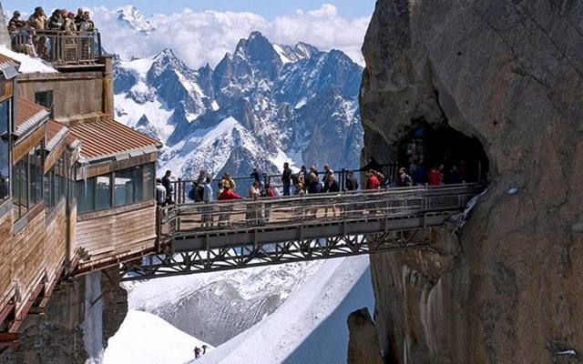 Stiffed over 3842 meters above sea level, Midday Pick connects two mighty rocks. You can view colossal mystic peaks of France, Italy and Switzerland from here.