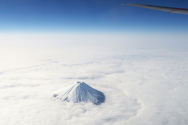 12_mount-fuji-from-an-airplane-above-the-clouds